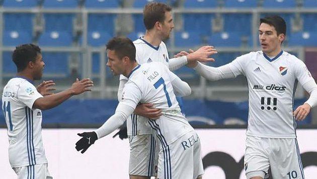 Hráči Baníku se radují z prvního gólu. Zleva Dyjan Carlos De Azevedo, Martin Fillo, Tomáš Poznar (autor branky) a Robert Hrubý.