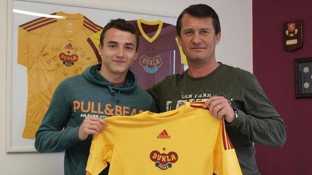 Róbert Kovaĺ (vlevo) s dresem Dukly po boku sportovního ředitele Güntera Bittengla.