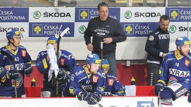 Mojmír Trličík (uprostřed) na střídačce Vítkovic. Místo extraligy hráči i trenéři poznají atmosféru Spengler Cupu.