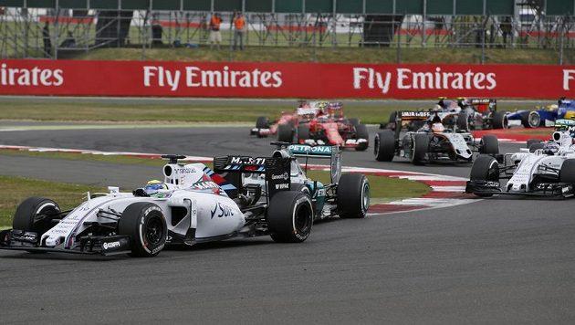 Felipe Massa (vlevo) v čele Velké ceny Velké Británie. Doráží na něj domácí pilot Lewis Hamilton.