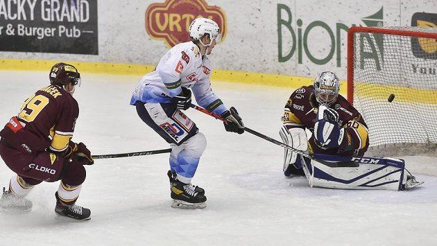 Čtvrtý zápas finále play off první hokejové Chance ligy. Zleva Filip Dundáček z Jihlavy, Adam Kubík z Kladna a brankář Jihlavy Maksim Žukov.