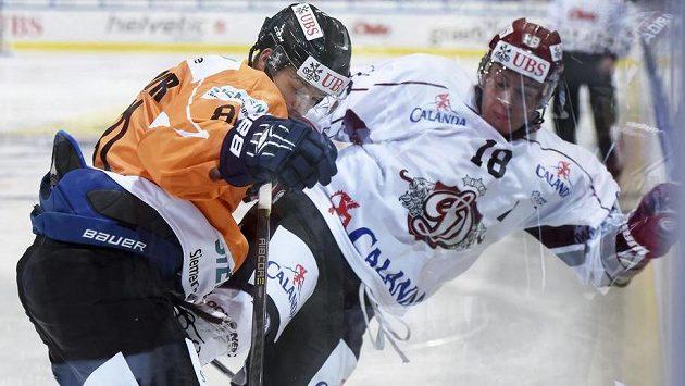 Český útočník Tomáš Vincour (vlevo) z HPK Hämeenlinna v souboji s Georgijsem Pujacsem z Rigy.