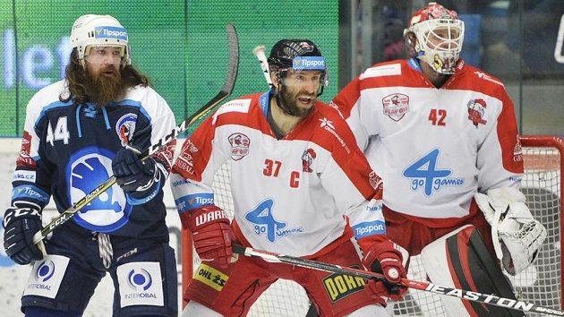 Plzeňský zlý muž Ryan Hollweg (vlevo), Martin Vyrůbalík a brankář Branislav Konrád z Olomouce.
