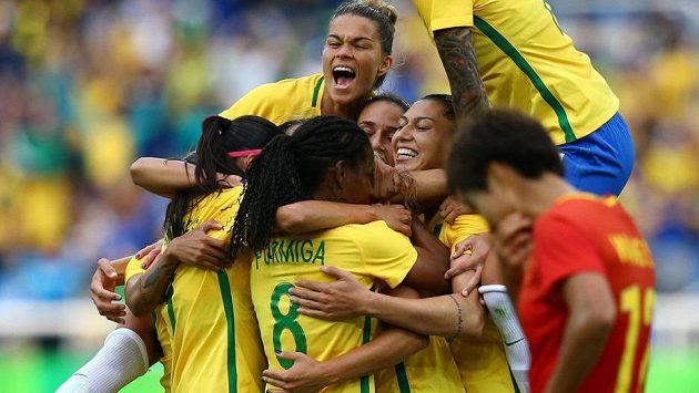 Radost fotbalistek Brazílie po gólu v utkání olympijského turnaje proti Číně.