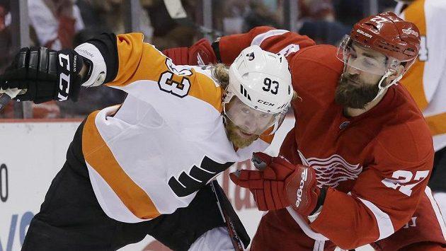 Jakub Voráček v souboji s obráncem Kylem Quinceym během utkání Philadelphie Flyers s Detroitem Red Wings.