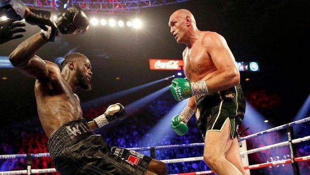 Brit Tyson Fury sráží na podlahu ringu Deontaye Wildera z USA.