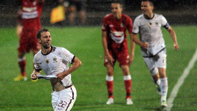 Záložník Sparty Josef Hušbauer oslavuje vítězný gól v Brně.