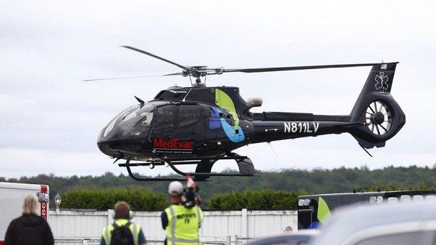 Vrtulník transportuje těžce zraněného kanadského pilota Roberta Wickense do nemocnice.