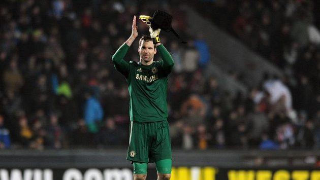 Brankář Chelsea Petr Čech děkuje fanouškům.
