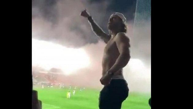Hokejista David Pastrňák zpívá chorál v kotli ostravských fanoušků po zápase v Edenu proti Slavii.