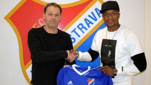 Senegalský útočník Dame Diop pózuje s dresem Baníku Ostrava. Vlevo stojí sportovní ředitel klubu Tomáš Vrťo.