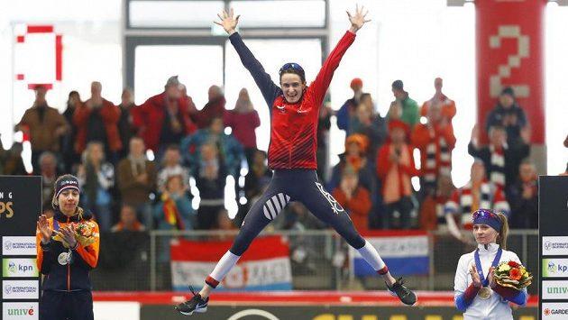 Další zlato! Martina Sáblíková vybojovala na MS v Německu podesáté první místo na trati 5000 metrů a dosáhla celkově na devatenáctý světový primát v kariéře.