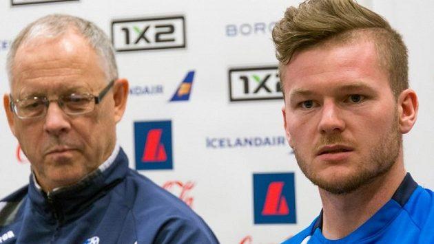 Trenér Lars Lagerbäck (vlevo) a kapitán islandské reprezentace Aron Einar Gunnarsson.