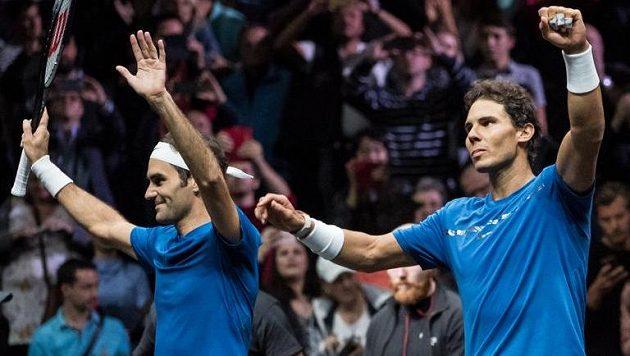 Rafael Nadal (vpravo) a Roger Federer při čtyřhře v rámci Laver Cupu.