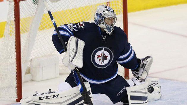 Brankář Ondřej Pavelec při své premiéře v letošním ročníku NHL.