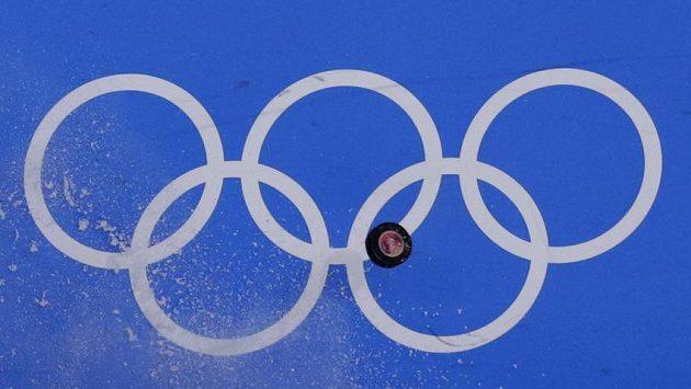 Letící puk během olympijského turnaje.