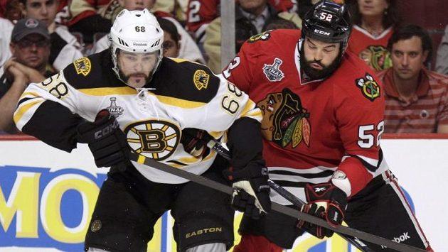 Jaromír Jágr v souboji s Brandonem Bolligem ve finále NHL.