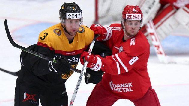Německý obránce Justin Krueger (vlevo) v souboji s Dánem Björnem Uldallem v přípravném utkání.