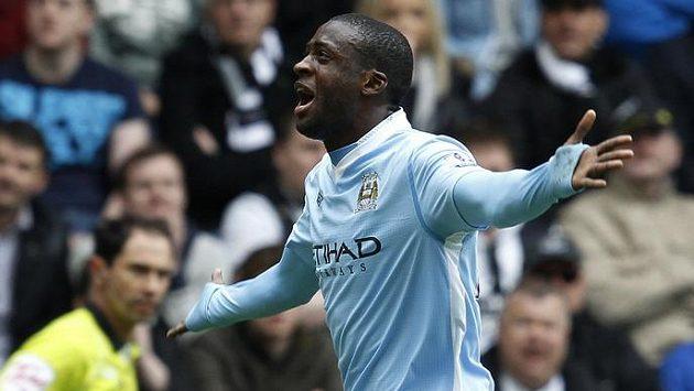 Yaya Toure dvěma góly v Newcastlu přiblížil Manchester City k titulu.