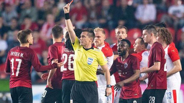 Červenou kartu pro Martina Frýdka rozhodčí Ondřej Pechanec později na základě videa odvolal