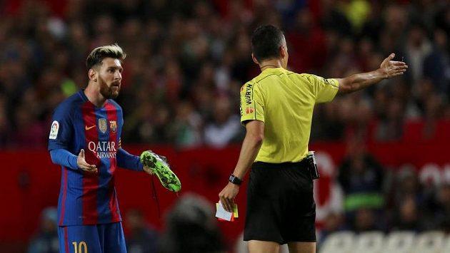 Lionel Messi dostal žlutou kartu za pomalé obouvání kopaček.