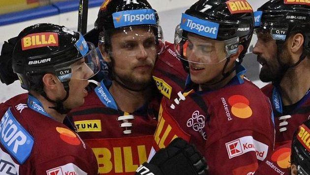Hráči Sparty se radují z gólu Romana Horáka.