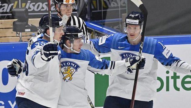 Hráči Finska se radují z gólu Arttu Ruotsalainena (uprostřed).