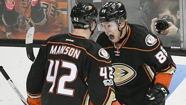 Český útočník Ondřej Kaše se raduje se spoluhráčem Joshem Mansonem ze svého prvního gólu v dresu Anaheimu v play off NHL.