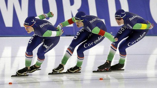 Nizozemské rychlobruslařky zleva Ireen Wüstová, Marrit Leenstraová a Marije Jolingová při nedávných závodech SP v Berlíně.