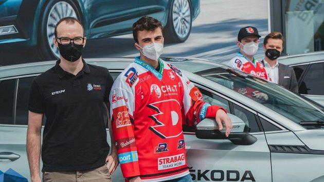 Šampioni esportové hokejové ligy z týmu Pardubic přebírají ceny.