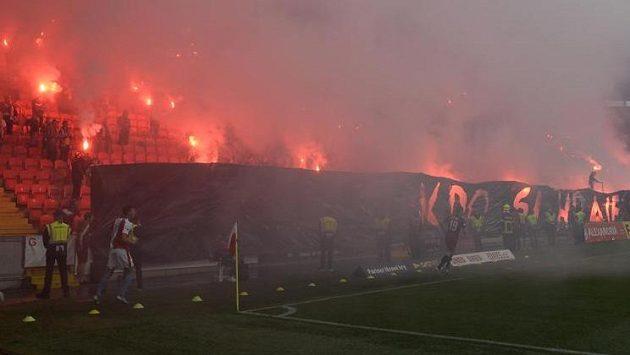 Fanoušci Slavie s pyrotechnikou.