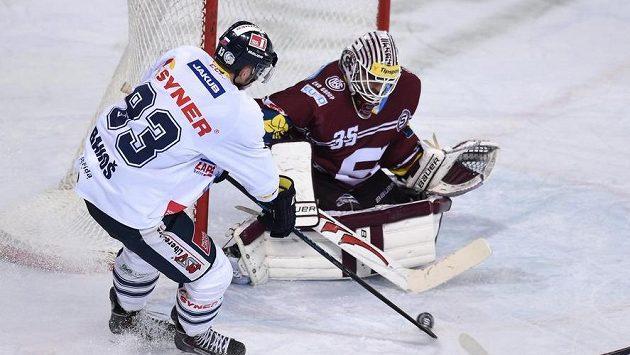 Martin Bakoš (v bílém) rozsekl finále extraligy mezi Spartou a Libercem v sezoně 2015/16 . archivní snímek. Nyní bude hrát ve Švédsku.