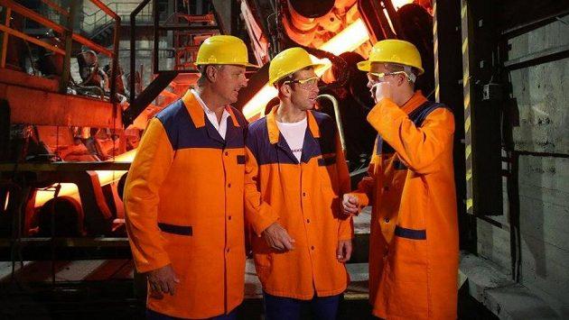 (Zleva) kapitán českého daviscupového týmu Jaroslav Navrátil, Radek Štěpánek a Adam Pavlásek při návštěvě železáren v Třinci.