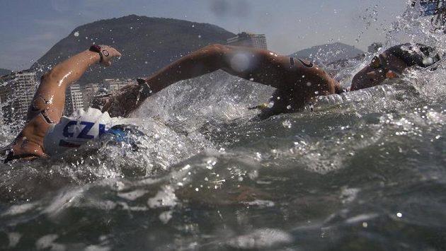 Španělka Erika Villaecijová-Garciavá (vpravo) a Jana Pechanová na trati olympijského plaveckého maratónu.