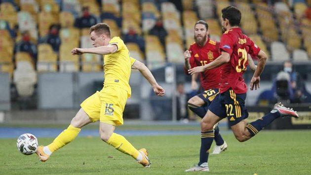 Ukrajinec Viktor Cygankov (vlevo) dává gól Španělům.