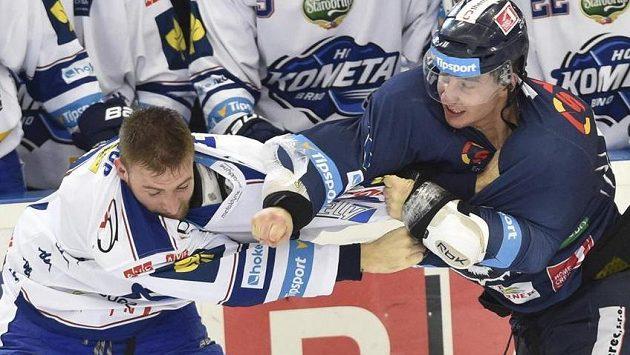 Útočník Komety Martin Dočekal (vlevo) v potyčce s útočníkem Liberce Jaroslavem Vlachem.