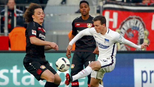 Vladimír Darida (v bílém) na archivním snímku z utkání Leverkusen - Hertha.