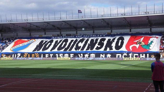 Choreo fanoušků Baníku Ostrava před začátkem zápasu.