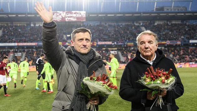 Dva bývalí sparťanští trenéři Jiří Kotrba (vlevo) a Dušan Uhrin při slavnostním aktu před utkáním s Brnem.