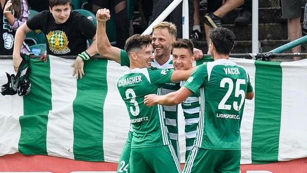 David Puškáč z Bohemians oslavuje se spoluhráči gól na 1:0.