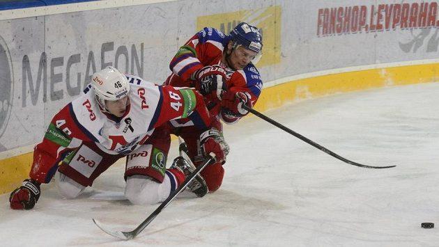 Útočník Lva Jiří Sekáč (vpravo) se snaží dostat k puku před Ljubuškinem z Lokomotivu Jaroslavl.