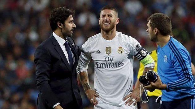Obránce Realu Sergio Ramos (druhý zleva) v bolestivé grimase v utkání s Doněckem.