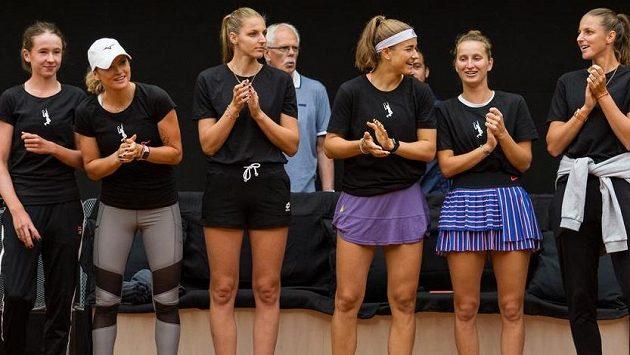 Na snímku je Černý tým - (zleva) Nikola Bartůňková, Tereza Martincová, Kristýna Plíšková, Karolína Muchová, Markéta Vondroušová a Karolína Plíšková.