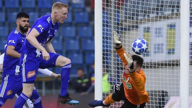 Václav Jemelka (vlevo) z Olomouce střílí první gól. Vpravo je braknář Karviné Martin Berkovec.