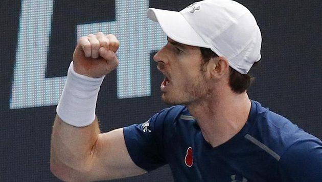 Vítězné gesto Andyho Murrayho, nového krále světového tenisu.