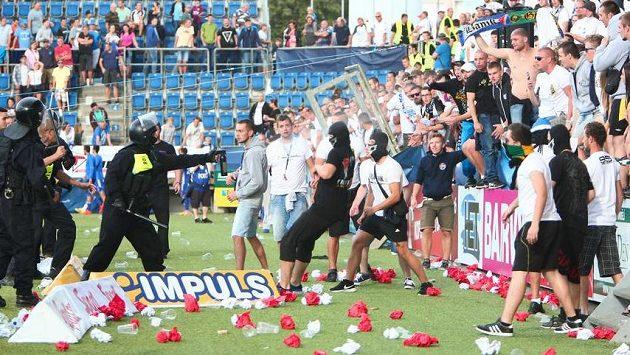 Policie zasahuje proti fanouškům - ilustrační foto.