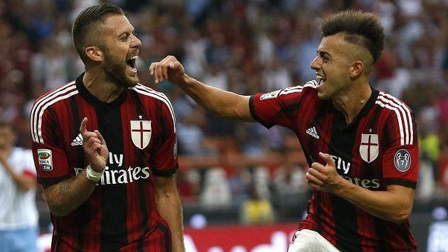 Jeremy Ménez (vlevo) z AC Milán slaví svoji trefu proti Laziu Řím se spoluhráčem Stephanem El Shaarawym.
