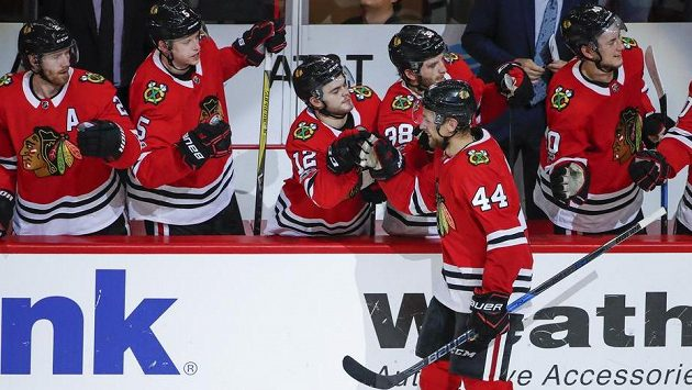 Jan Rutta (44) slaví svůj první gól v NHL.