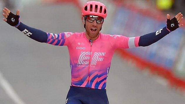 Michael Woods slaví vítězství v sedmé etapě Vuelty