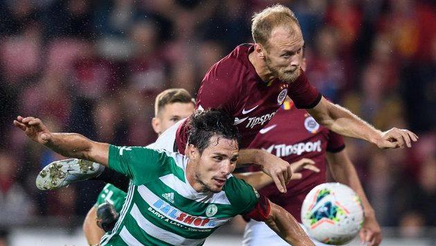Semih Kaya ze Sparty přezkakuje Josefa Jindřiška z Bohemians a dává gól na 4:0.